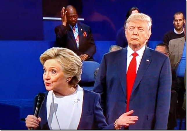 Trump-Behind-Clinton-Second-Debate-e1476064001366-620x433
