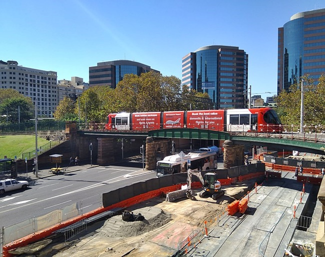 800px-Inner_West_Light_Rail_passing_above_the_CBD_and_South_East_Light_Rail_20180412